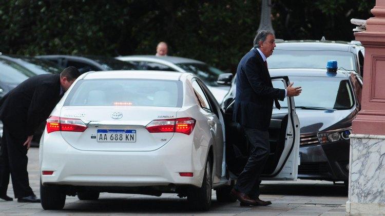El senador Rodolfo Urtubey entrando a la Casa de Gobierno