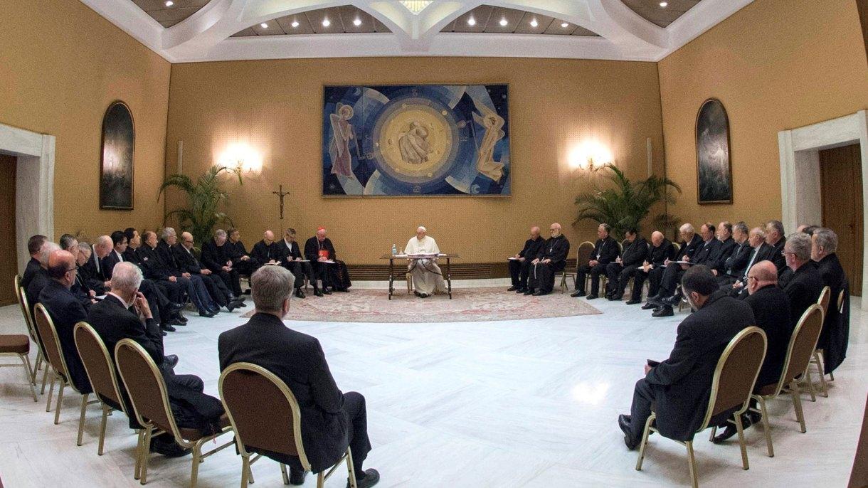 """En mayo, el papa Francisco mandó llamar a 34 obispos chilenos al Vaticano y estos presentaron sus renuncias en bloque tras reconocer que habían cometido """"graves errores y omisiones"""" (EFE)"""