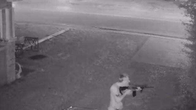 El hombre estaba armado con un rifle AR-15