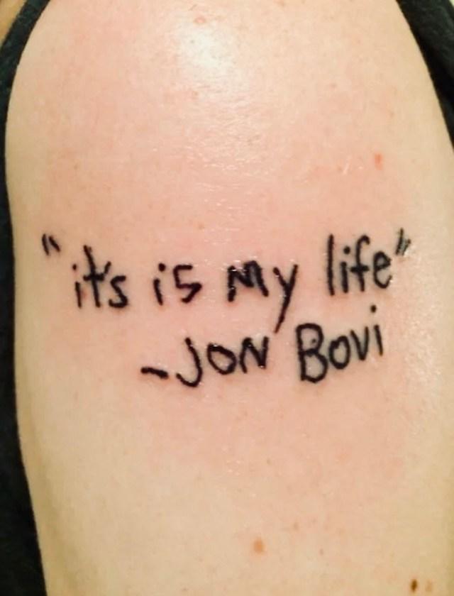 Los errores de ortografía en los tatuajes son más comunes de lo que se cree, como este que rebautizó al artista norteamericano Jon Bon Jovi, además de reinterpretar la letra de uno de sus temas más conocidos