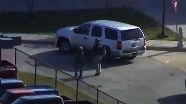 La estudiante Leila Butler le dijo a ABC13 que vio a un hombre armado dispararle a una niña, que resultó herida en una pierna