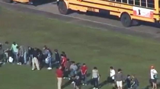 Kim Sullivan, la madre de una estudiante de 17 años, afirmó que su hija la llamó y le dijo que hubo un tiroteo en la escuela