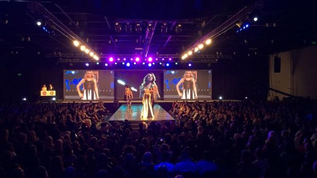 Cierre a todo glamour y lleno total en el Hotel Hilton en el desfile de Silkey 2018. La pasarela preparada para el evento tiene más de 14 metros de largo, con un suelo espejado que la convierte en infinita, las pantallas LED más grandes de la Argentina y tecnología de última generación. Animaciones 3D con temáticas cósmicas hacen brillar el lugar.