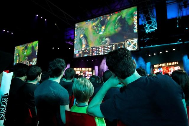 La audiencia sigue atenta el campeonato de League of Legends que se llevó a cabo en mayo de 2018, en París(REUTERS/Philippe Wojazer).