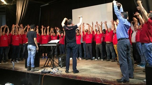 Los integrantes del coro en actividad.