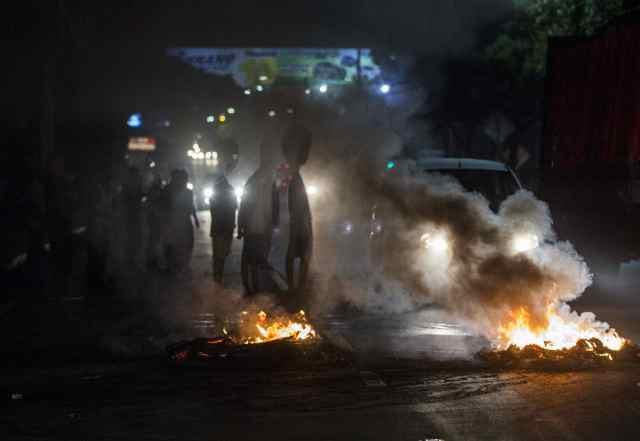 Manifestantes queman llantas en una vía durante protestas contra el gobierno de Daniel Ortega en Managuatras la suspensión del diálogo este miércoles (EFE/Jorge Torres)
