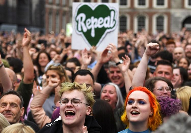 En Dublin, la gente celebra los resultados del referéndum por el aborto (REUTERS/Clodagh Kilcoyne)