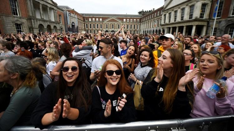 Miles de personas se reunieron en Dublin para celebrar los resultados del referéndum que abrirá las puertas a la legalización del aborto(REUTERS/Clodagh Kilcoyne)