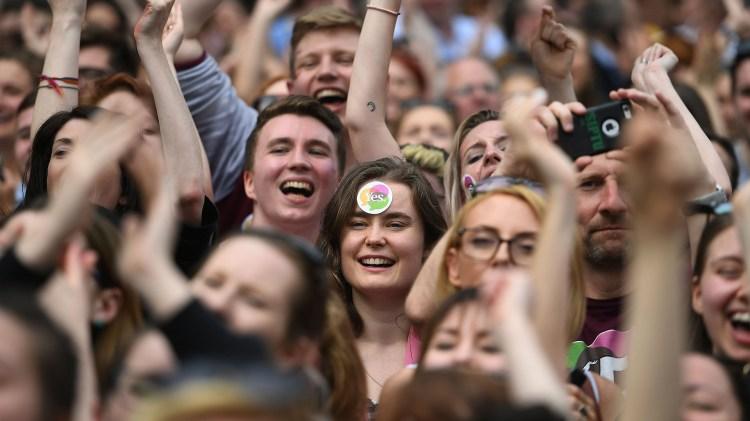 La gente celebró en las calles de Dublin (REUTERS/Clodagh Kilcoyne)
