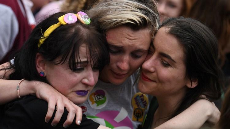 Miles de mujeres celebraron el referéndum histórico en Irlanda (REUTERS/Clodagh Kilcoyne)