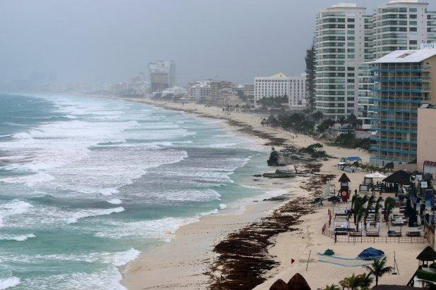 La playa de Cancún, vacía por las advertencias (Reuters)