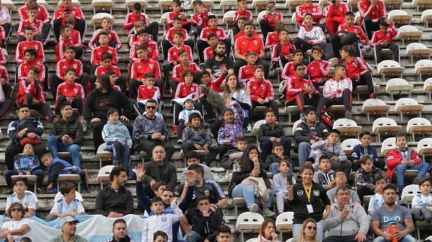Jugadores de inferiores y niños de escuelas públicas llegan el estadio de Huracán (@Argentina)