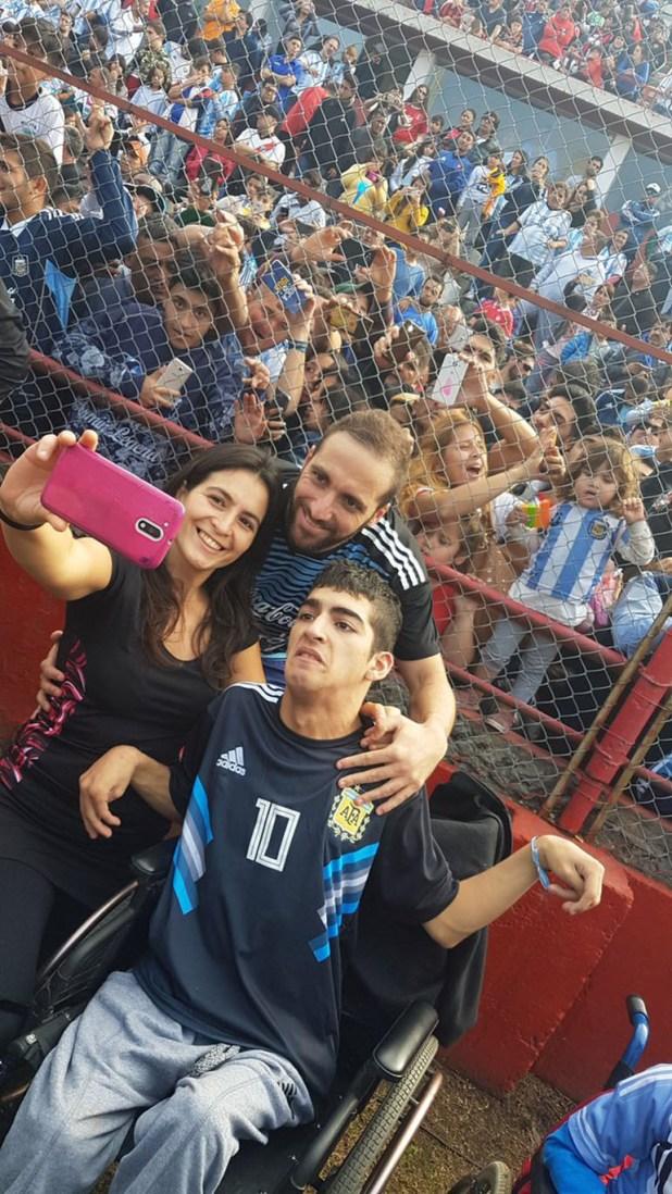 Gonzalo Higuaín se sacó fotos con los hinchas al término de la práctica en Huracán (@Argentina)