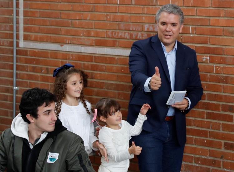 Iván Duque, quien obtuvo unos tres millones más de votos que Petro en primera vuelta, será su contincante (Reuters)