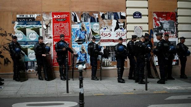La policía francesa se mantiene alerta ante nuevos asentamientos (AP)