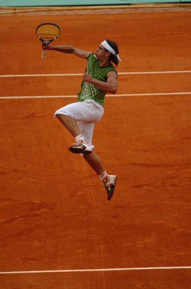 La enérgica celebración de Rafael Nadal de su primer triunfo en Roland Garros, el 23 de mayo de 2005, tras vencer al alemán Lars Burgsmuller