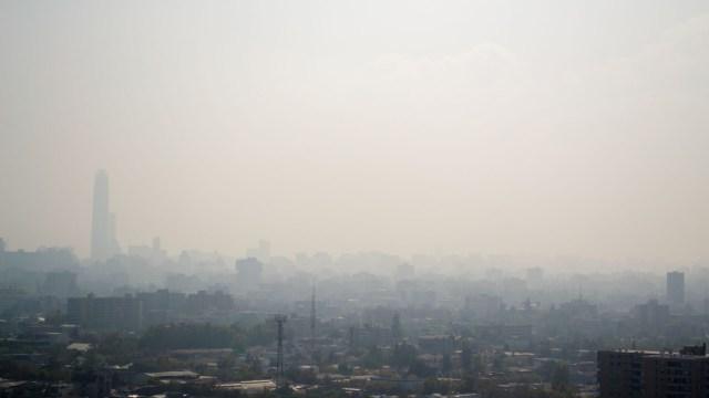 La geografía de la capital chilena, enclavada entre cerro y la Cordillera de los Andes, provoca una acumulación de la polución en invierno. (Getty Images)