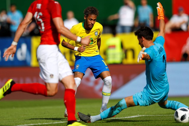 Neymar define ante el arquero austríaco (Reuters)
