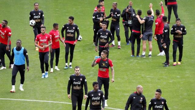 La selección de Perú, con Paolo Guerrero como estandarte, y el clásico entrenamiento a puertas abiertas en Rusia, previo a su debut en el Mundial (EFE)