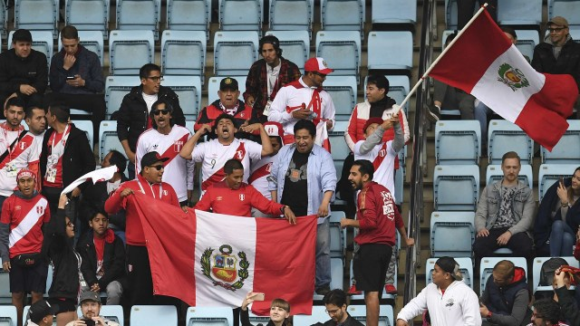 Hinchas peruanos presentes en el Arena Khimki stadium, de Moscú, donde su selección se entrena de cara al debut en el Mundial frente a Dinamarca (AFP)
