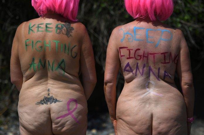 """""""Sigue luchando, Anna"""". Los mensajes de motivación abundaron en los cuerpos"""