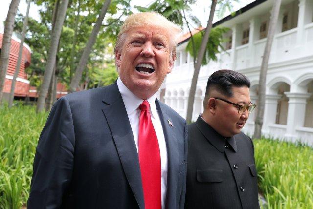 El presidente estadounidense sonriente en su paseo con el dictador norcoreano. )REUTERS/Jonathan Ernst)