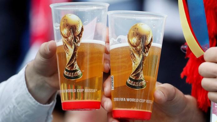 Dos hinchas brindan en la previa del comienzo del Mundial de Rusia(REUTERS/Christian Hartmann)