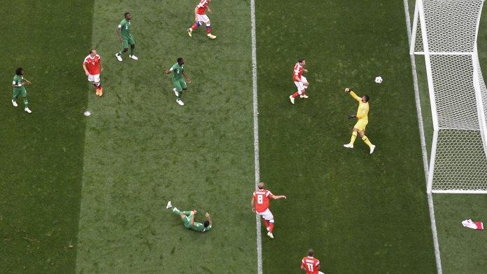 La imagen satelital del gol del volante ruso, de cabeza, tras un centro desde la izquierda, en una jugada derivada de un corner (AFP)