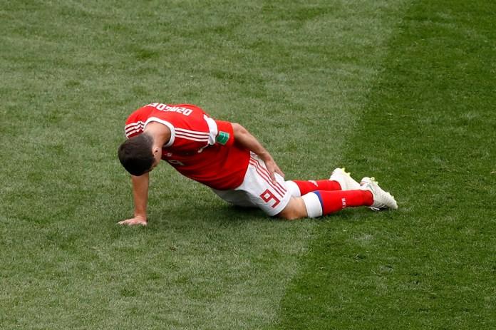 Otra de las imágenes del partido:Alan Dzagoev se toma el isquiotibial de la pierna izquierda. El delantero se lesionó a los 22 minutos del primer tiempo. Es la lesión más temprana en la historia de los Mundiales (AP Photo/Darko Bandic)