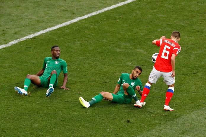 Denis Cheryshev dejó sentado a dos rivales y definió de zurda ante la salida del arquero para marcar el 2 a 0 de Rusia (AP Photo/Darko Bandic)