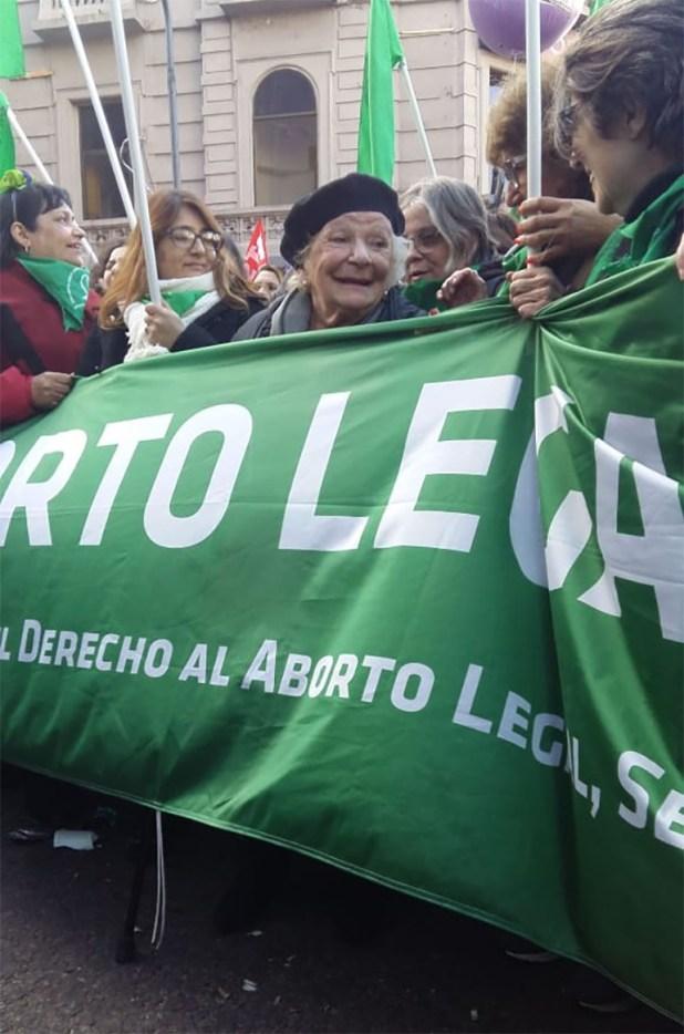 Nelly Minyersky, detrás de la bandera de la Campaña por el derecho al aborto legal, seguro y gratuito