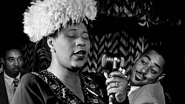 Ella Fitzgerald junto a Dizzy Gillespie y Ray Brown, su segundo esposo. (William Gottlieb)