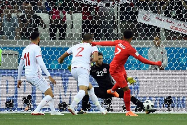 La gran tapada de Hassen en la primera jugada del partido (AFP)