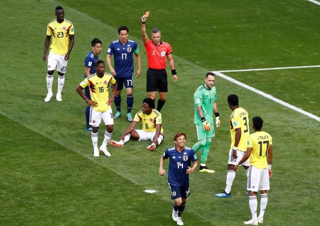 A los tres minutos, Carlos Sánchez interrumpió con el brazo lo que era un gol cantado de Shinji Kawaga. El árbitroDamir Skomina no dudó y le mostró la roja directa (REUTERS/Damir Sagolj)