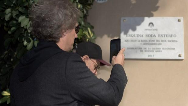 """Alberti y una foto que le mandará a sus familiares: la casa donde se crió está ubicada ahora en la """"Esquina Soda Stereo"""""""