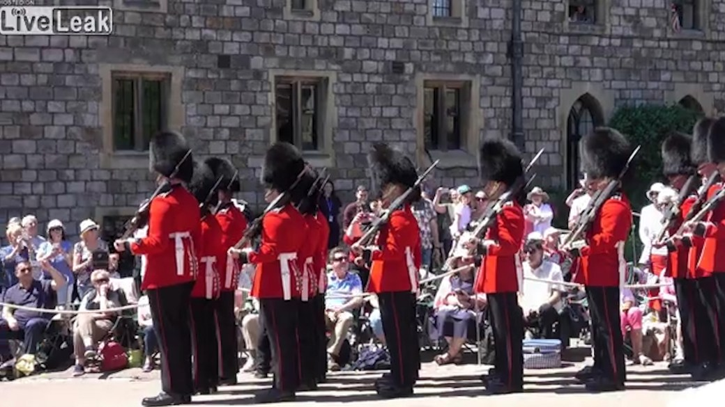 La Guardia Real se mostró totalmente desconcertada durante un desfile en Windsor