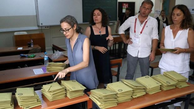 Los conteos ya comenzaron pero la prensa tiene prohibido publicar resultados hasta las 21 (Reuters)