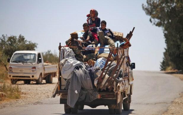 Civiles sirios evacuan la zona de Daraa ante la ofensiva de Damasco (AFP)