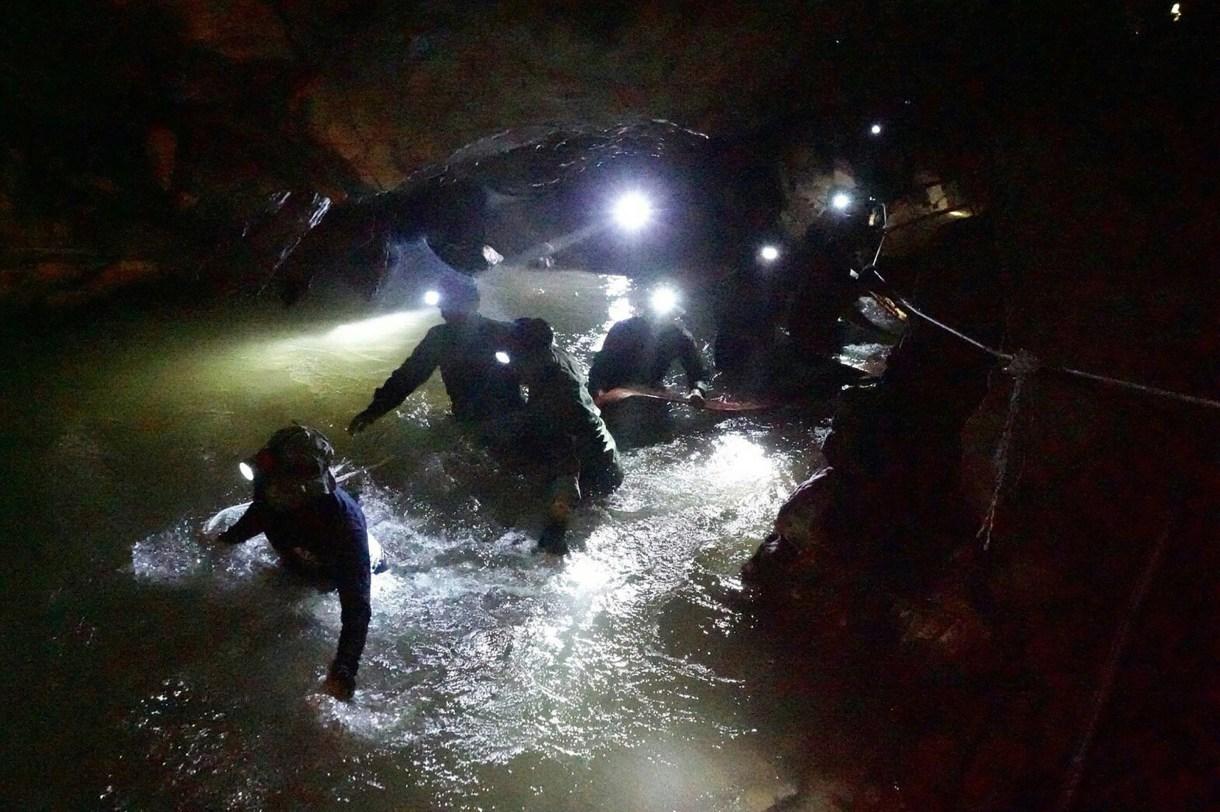 Navy Seals tailandeses en la gruta inundada (Royal Thai Navy/ AFP)