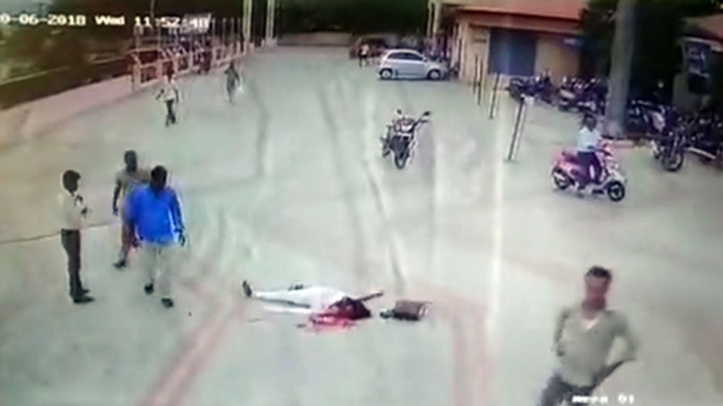 La mujer agonizó durante algunos segundos y luego murió