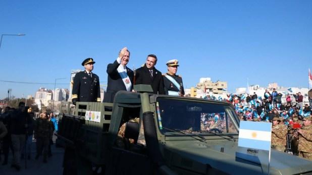 Juan Schiaretti y Ramón Mestre, durante un desfile en Córdoba