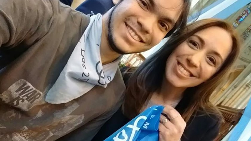 """Vidal junto a un militante """"pro vida"""" sosteniendo el pañuelo celeste que los identifica (Instagram)"""