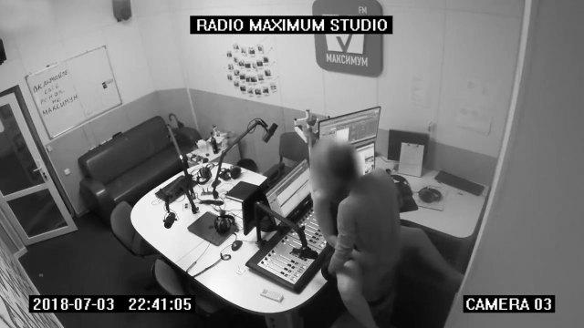 Estos dos no pudieron contener su deseo sexual dentro de una emisora de radio