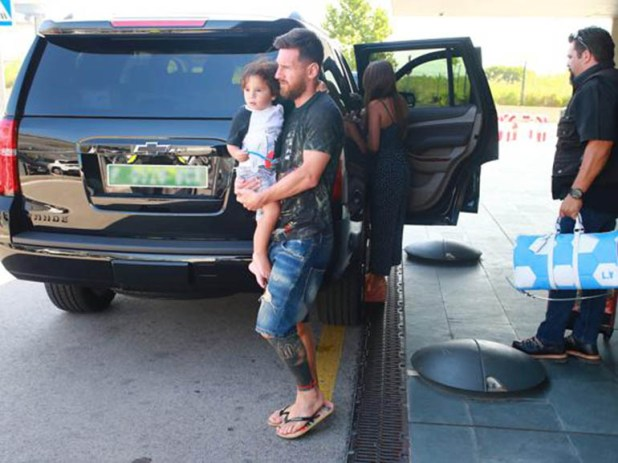 Messi sostiene a Mateo y exhibe su look veraniego europeo (www.mundodeportivo.com)