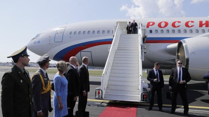 Vladimir Putinse baja del avión en su llegada a Helsinki para reunirse con Donald Trump (Reuters)