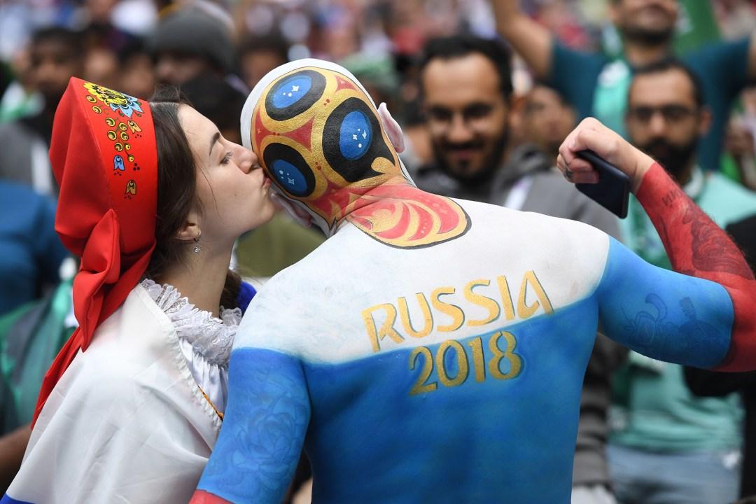 Los fanáticos rusos se divierten y son fotografiados en las tribunas