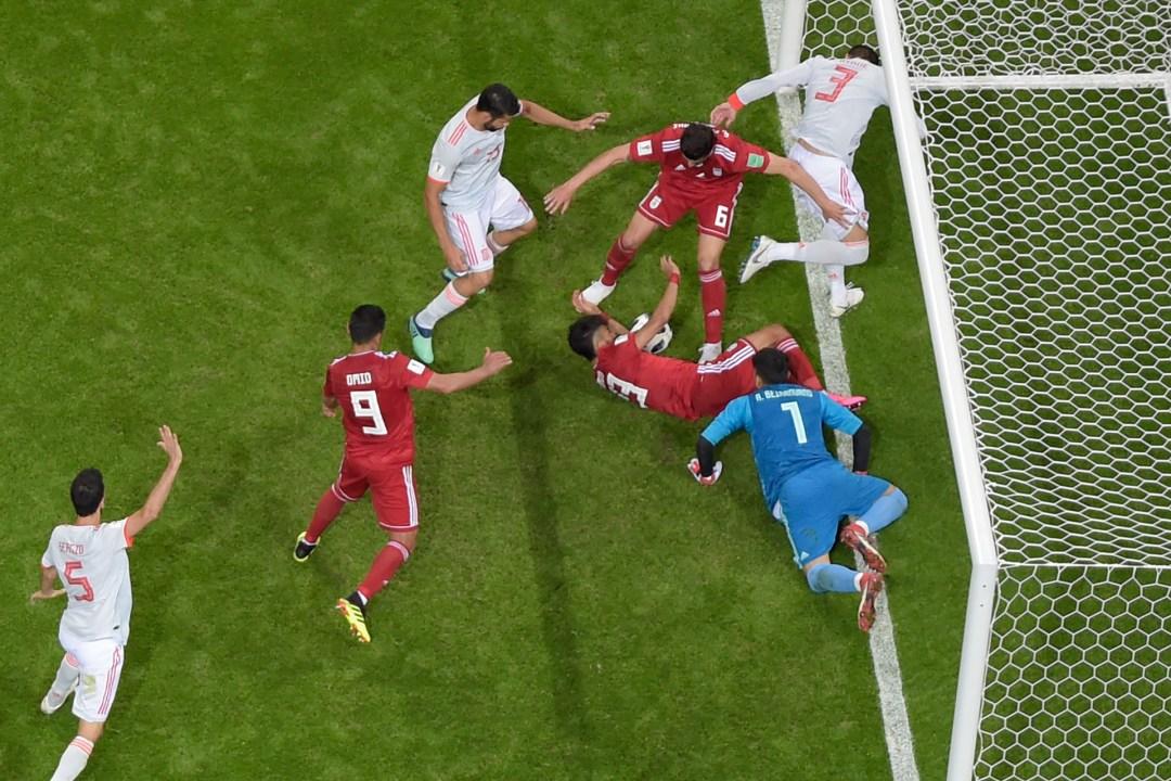 Lucha descarnada por la pelota en España-Irán: a centímetros de la línea de gol