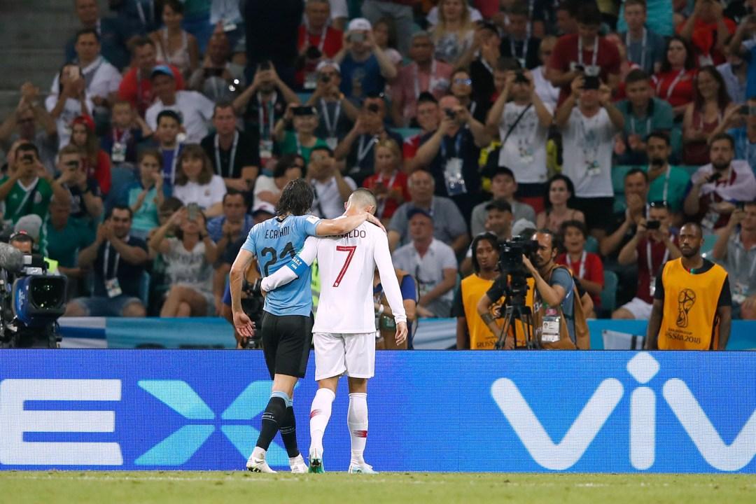 Abrazo fraternal entre el uruguayo Edinson Cavani, que sale lesionado con la ayuda de Cristiano Ronaldo