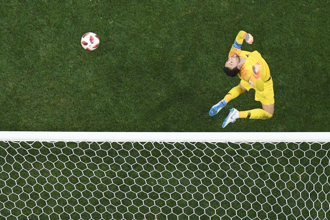 El arquero francés quiebra su cuello y sigue el recorrido del balón en la final ante Croacia