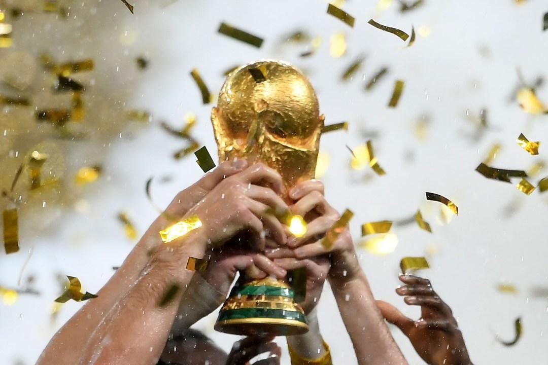 El trofeo de la Copa del Mundo, preciado por 32 países, es levantado por los franceses